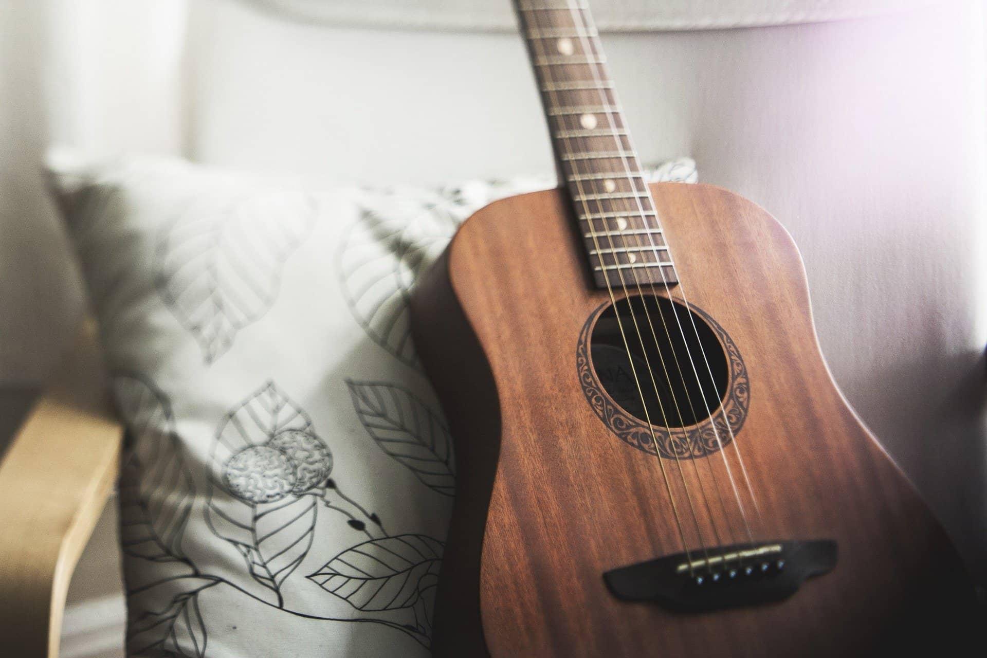 Comment choisir sa première  guitare acoustique ? - Royez Musik