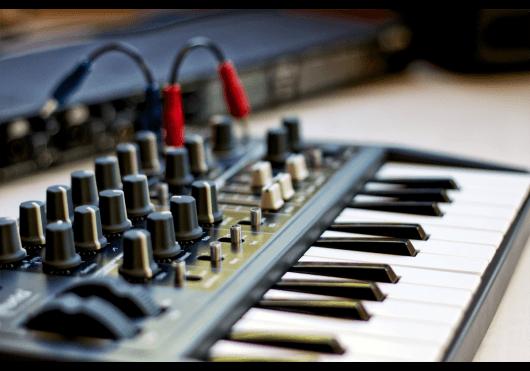 Claviers & Pianos - SYNTHÉTISEURS - Arturia - OAR MICROBRUTE - Royez Musik